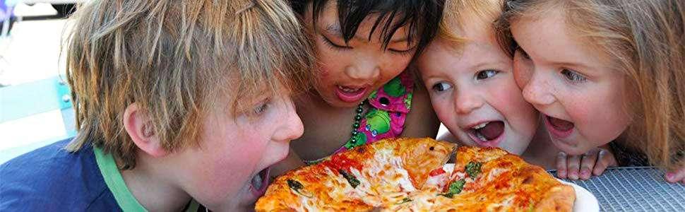 Enfants mangeant une pizza