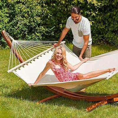 hamac sur pied jardin couple